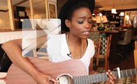 Irma chante « Catch the wind » en acoustique guitare-voix