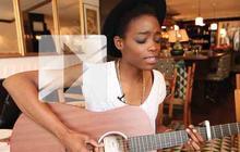 Irma chante «Catch the wind » en acoustique guitare-voix