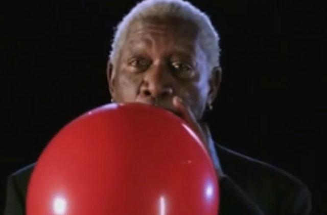 Morgan Freeman sous hélium pour présenter une émission scientifique