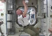 Lien permanent vers Des astronautes jouent au foot dans l'espace