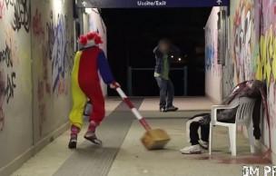Lien permanent vers Un clown psychopathe terrorise les passants (pour rire)