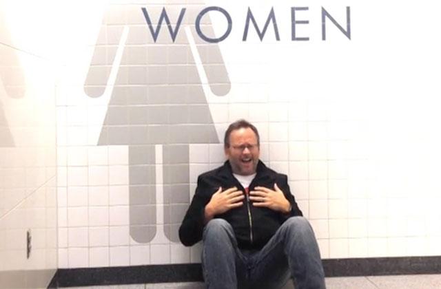Coincé dans un aéroport, il réalise un clip vidéo pour s'occuper