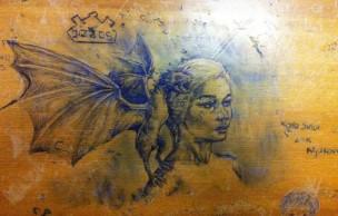 Lien permanent vers Des dessins au Bic magnifique sur des tables d'amphi