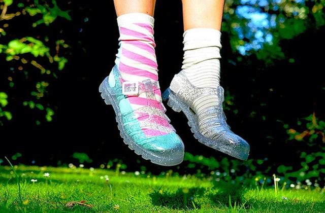 Les sandales en plastique de notre enfance font leur grand retour et deviennent une tendance de l'été 2014
