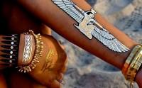 Les tatouages éphémères dorés, une tendance phare de l'été 2014