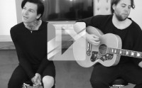 The Neighbourhood chante « Sweater Weather » en acoustique