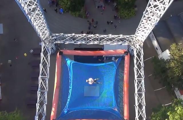 Sautez d'une tour de cinquante mètres de haut (dans un parc d'attractions)