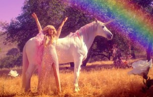 Lien permanent vers « Come Alive », le nouveau clip de Paris Hilton feat. une licorne (+ Get the Look)