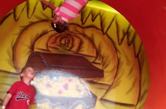 La petite fille, la roue et la tête à l'envers : la vidéo WTF