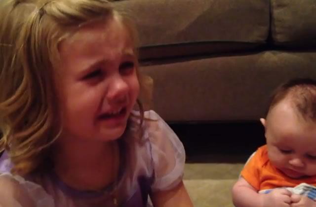 La petite fille désespérée que son petit frère grandisse un jour