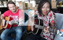 Natas Loves You chante « Got to belong » en acoustique