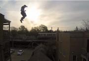 Lien permanent vers Un cascadeur et sa GoPro sautent d'un toit