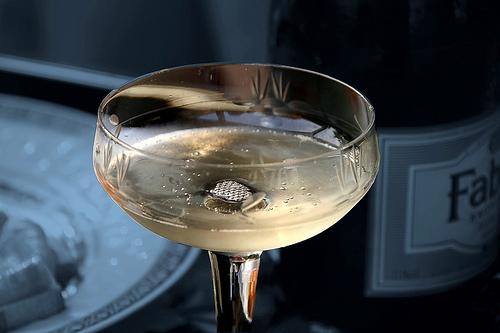 un sein de kate moss devient une coupe de champagne. Black Bedroom Furniture Sets. Home Design Ideas