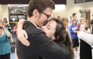 Lien permanent vers Une demande en mariage adorable dans un aéroport