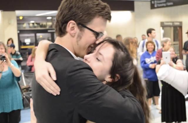 Une demande en mariage adorable dans un aéroport