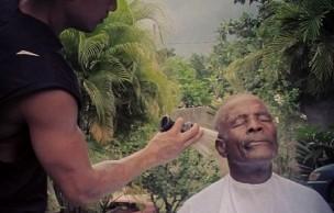 Lien permanent vers Mark Bustos, le coiffeur qui offre ses services aux SDF