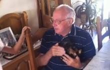 Un papy reçoit un chiot en cadeau d'anniversaire