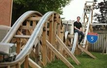 Un roller coaster fait-maison dans un jardin
