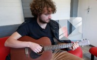 Sam Amidon chante « Short Life » en acoustique
