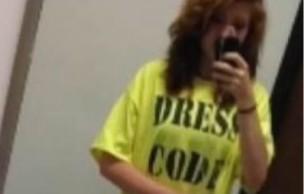 Lien permanent vers Une lycéenne forcée de porter un «t-shirt de la honte »à cause d'une robe trop courte
