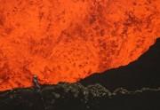 Lien permanent vers Un volcan en éruption filmé de très très (très très très) près
