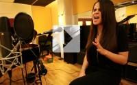 Marina Kaye chante «Homeless » en studio