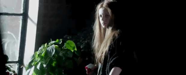 Une jeune fille aux cheveux sauvages qui aime la nature ?! Qui ça peut bien être ?!