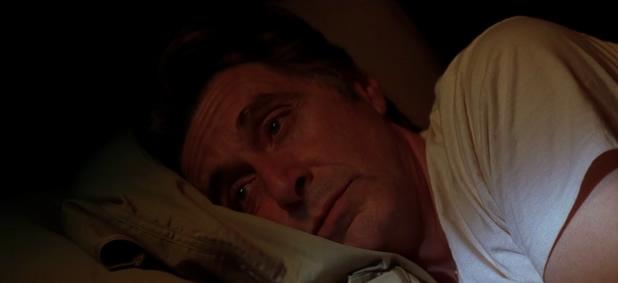 Al Pacino regarde l'aube se lever dans «Insomnia », film adapté d'un roman de Stephen King