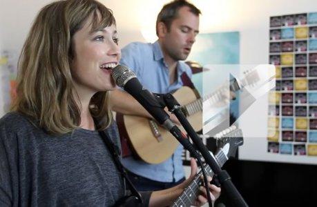 Mina Tindle chante « Je sais » en live à la rédac