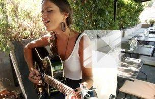 Natalia Doco chante « Pez Y Mismo » en acoustique guitare-voix