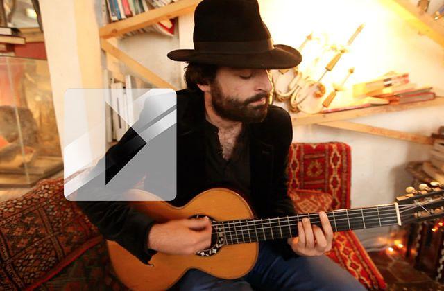 Selim (Joseph Chedid) joue « Paranoïa » en acoustique