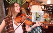 Karen Brunon, protégée de Benjamin Biolay, interprète «Où je vais » en acoustique violon-voix