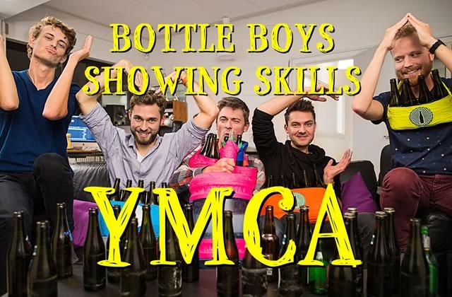 La reprise de YMCA avec des bouteilles de bière