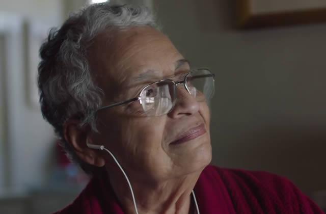 Apple sort sa pub de Noël en forme d'amour grand-mère/petite-fille