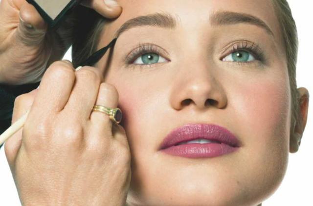 Bobbi Brown lance une leçon de maquillage pour les sourcils