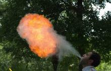 Un cracheur de feu en slow motion dans une impressionnante vidéo