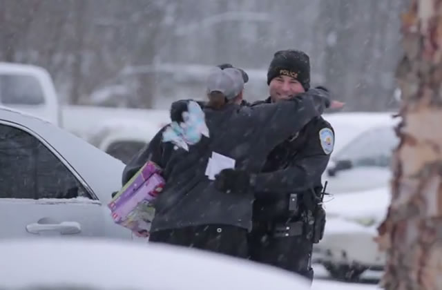 La police qui offre des cadeaux de Noël aux automobilistes