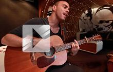 Asaf Avidan chante « Over my head » en acoustique guitare-voix