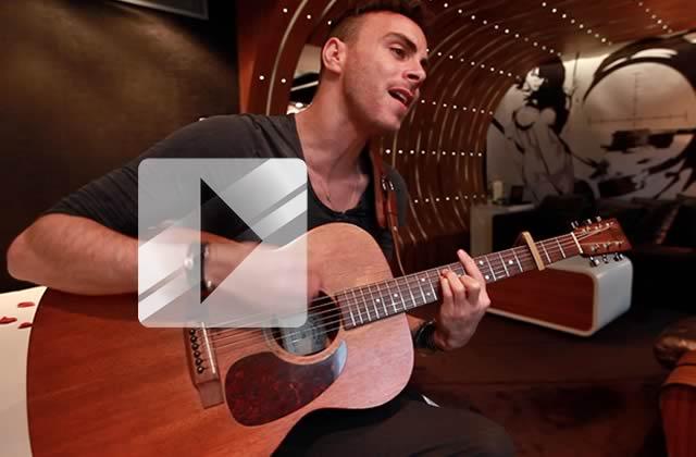 Asaf Avidan chante « Over my head » en acoustique guitare-voix