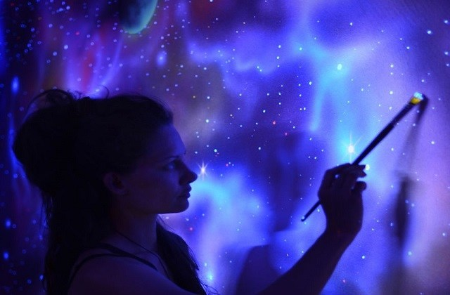 De superbes fresques réalisées à la peinture luminescente