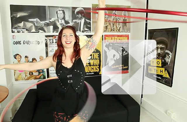 Lila Chupa-Hoops réalise une démonstration de Hula-Hoop à la rédac