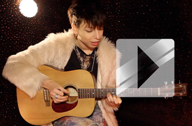 Mademoiselle K interprète « R U swimming ? » en acoustique