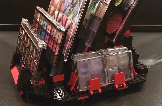 Les présentoirs à maquillage en LEGO, la bonne idée du jour !