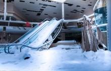 Un centre commercial abandonné et enneigé dans de superbes photos