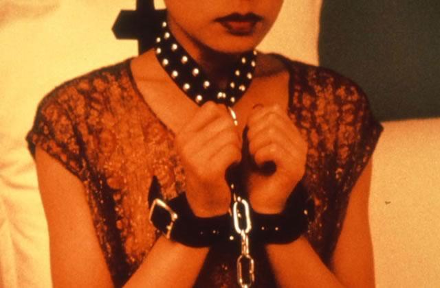 Une après-midi en club BDSM, entre menottes et latex