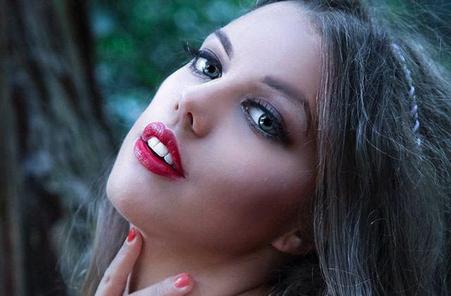 Katie Knowles, jeune femme paralysée, prend sa revanche sur la vie et devient mannequin