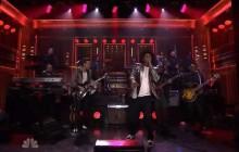 Mark Ronson présente son nouveau single sur le plateau de Jimmy Fallon