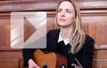 Gemma Hayes reprend « Wicked Game » en acoustique dans une chapelle