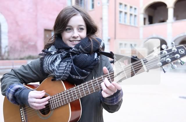 Leïla chante « J'entends » en acoustique guitare-voix à Lyon