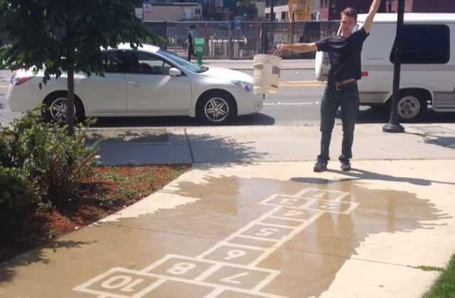 Du street-art qui apparaît… quand il pleut !
